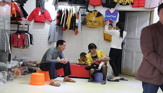 在小镇上贩卖童装为生的个体户一家人 摄影:邓雅蔓