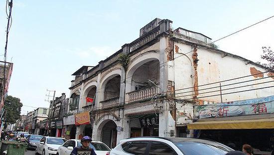 小镇上古老的骑楼建筑群和路道,如今已经成为春节交通堵塞的原因之一。 摄影:邓雅蔓