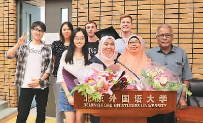 许曼文(前左二)和副亲及同班参加以逝业仪式(图片到来源:视觉中国)