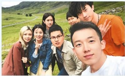 庄凌(后排右一)和朋友在旅行中留影。