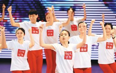 四川外国语大学师生展示排舞。 新华社记者 王全超摄
