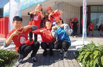 """""""海洋""""全俄儿童中心的几个孩子摆出创意造型,前排三个人膝盖上的字母连起来就是""""China""""。 本文图片 人民日报"""