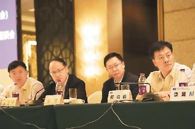 贵州黔西南州政府副州长李杰(右二)希望留学归国人员关注教育领域,帮助更多贫困地区的孩子通过教育改变命运。
