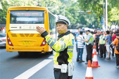 2017年高考日,交警在执信中学门口指挥交通。(资料图片)广报全媒体记者苏俊杰 摄