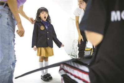 因为工作量大,专业童模在拍摄中打起哈欠。 广州日报全媒体记者陈忧子摄