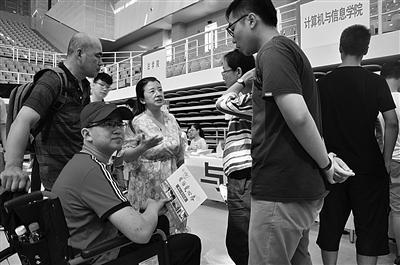 王鹏博坐轮椅到河海大学报到。