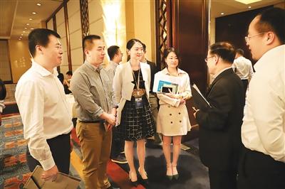 图为欧美同学会党组书记、秘书长王丕君(右二)与海归讨论下一步如何开展脱贫攻坚调研考察和项目落地对接活动。
