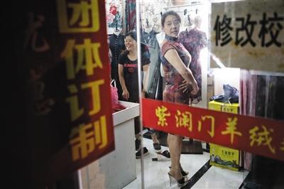 5月31日,毛坦厂镇,一名陪读家长在试穿旗袍。