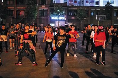 5月31日,杨雨菲在镇广场上跳舞。陪读期间,她带出了数百名舞蹈学生。