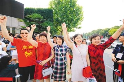 江苏省淮安市某考点外,家长身着旗袍为考生加油鼓劲。   王 昊摄(人民视觉)