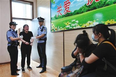 昨日,王某被控盗窃罪在密云法院受审,她流泪向母亲致歉。新京报记者 刘洋 摄