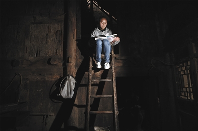 2016年4月24日,贵州纳雍路嘴村,15岁的彭晓敏正在看书。她和八九十岁的奶奶一起生活。资料图片/新京报记者 尹亚飞 摄