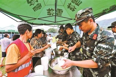 武警战士为群众发放晚饭