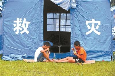 6月18日,两个孩子在吃震后第一顿晚饭