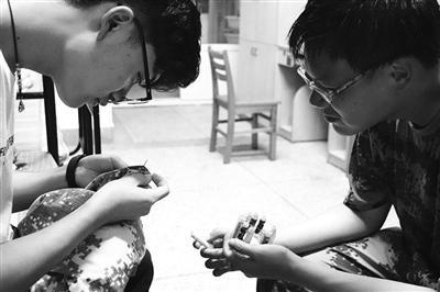 李鹏帮学弟缝补衣服。凯雯 摄