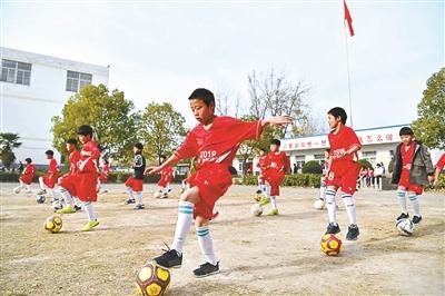 大发棋牌app学校 足球队水平在阜阳市名列前茅