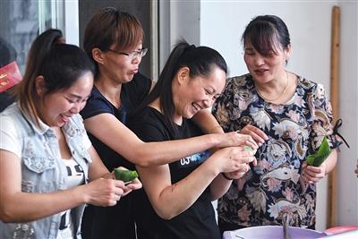 6月2日,出租房内,杨雨菲和同是陪读家长的邻居们一起包蜜枣粽子。