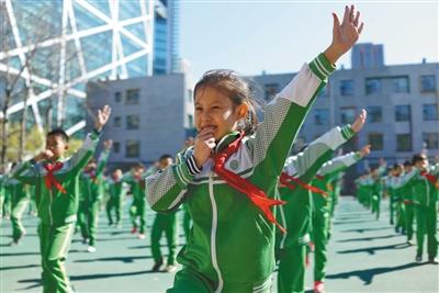北京芳草地国际学校体育老师创编的裁判手语操。受访者供图