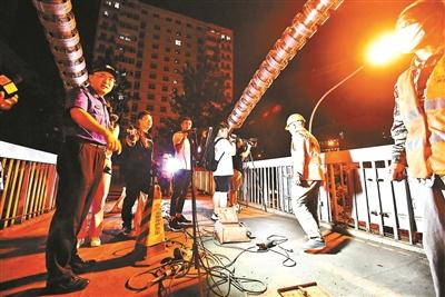 执法人员在西城区复兴门外大街检查夜间噪声扰民 摄影/北青报记者 袁艺