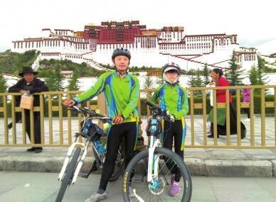 袁艺心和父亲袁齐二次骑行川藏线成功。