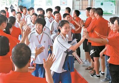 东莞中学南城学校在考前为考生举行了轻松活泼的送考仪式。 广州日报全媒体记者卢政摄
