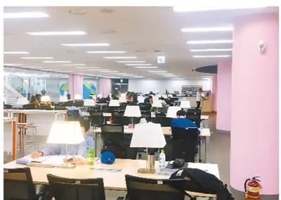 这是兰寅雯拍摄的2019年期末期间紧张的学习状态。在图书馆内,同学们都在忙碌,迎接考试的到来。
