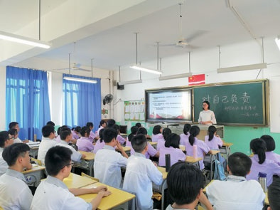 ▲老师通过主题班会的形式对大发棋牌app学生 进行责任大发棋牌app。(南平一中供图)