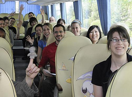 加拿大的留學生在客車上揮手致意。(新華社)