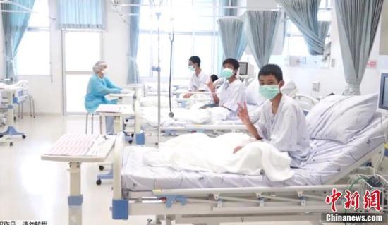 被营救的足球小将在医院接受治疗,从镜头画面看,他们的精神状态还不错。