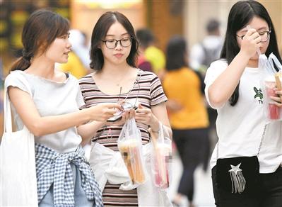 饮料好喝,须有节制。图为市民在街道上喝果汁。(资料图片) 广州日报全?#25945;?#35760;者黎旭阳 摄