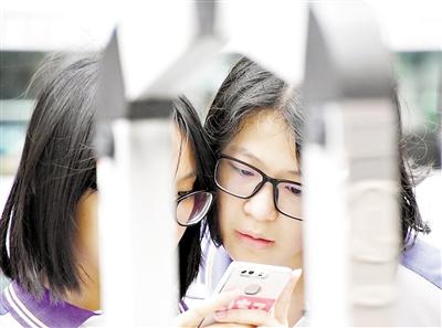 昨日,考生们来到广州市第十六中学考场现场看场地。广州日报全媒体记者黎旭阳 摄
