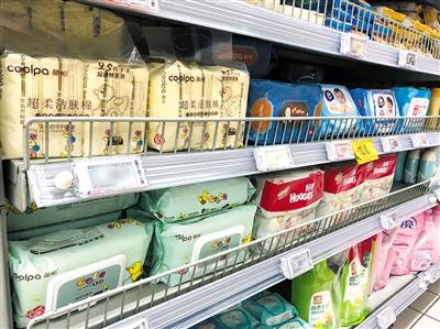 超市孕婴童专区,婴幼儿湿巾种类繁多。 新京报记者 王鹿 摄