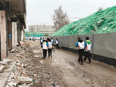 """昨日,红庙小学的学生中午放学后从""""施工现场""""穿过"""