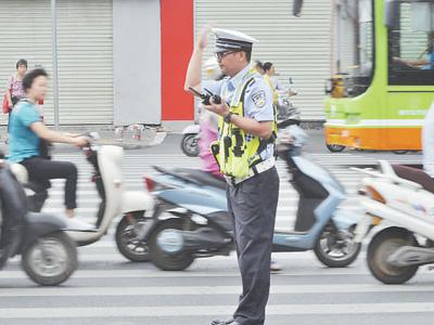 六月七日,交警在广西南宁三十六中学考点指挥车辆通行。   庞革平 喻湘泉摄影报道