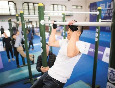 武汉大学的学生在引体向上比赛中。新华社记者 肖艺九摄