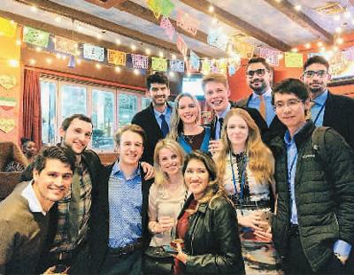 胡维逊(右一)在联合国实习的最后一天,与来自世界各地的实习生举办告别聚会。
