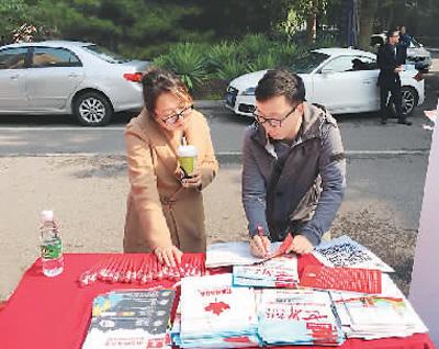 萧尧在海外院校招生面试会的校园路演活动中,为学生家长做咨询。