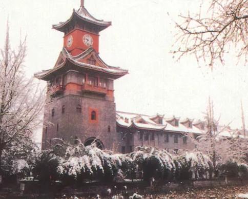 ▲四川大学西华校区的华西钟楼是华西坝大学城的独特景观 图/四川大学官网