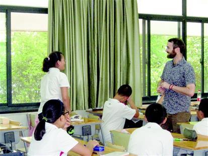 华科附中国际班学生正在上外教课