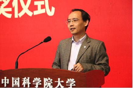 中国科学院大学党委组织部、统战部部长谭红军宣读经济与管理学院优秀校友名单