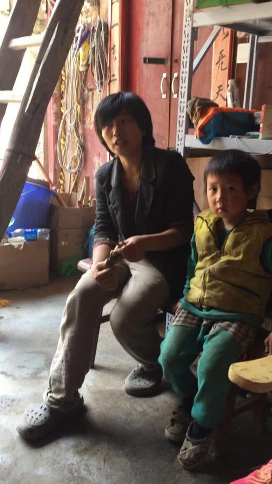 男孩与母亲吴小妹在终南山库峪兴隆宫。记者杨安平摄