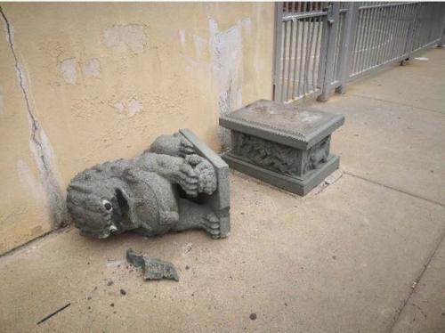 费城华埠民艺特许学校门前的中国传统石狮日前被砸。(图片来源:美国《世界日报》Wei Chen 摄)