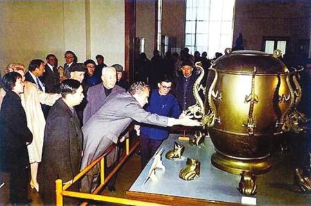 1972年美国总统尼克松参观中国历史博物馆,专门参观张衡地动仪。