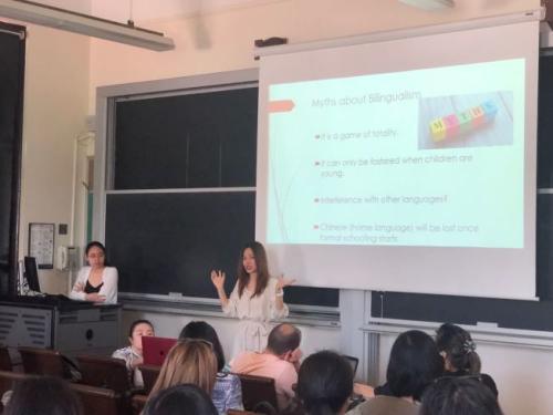 教育专家许女士(讲话者)指出,华裔二代学习中文,贵在坚持。(图片来源:美国《世界日报》记者 陈小宁 摄)