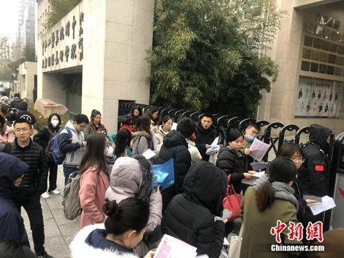 北京中央工艺美术学院附中考点,考生准备进入考场。 冷昊阳 摄
