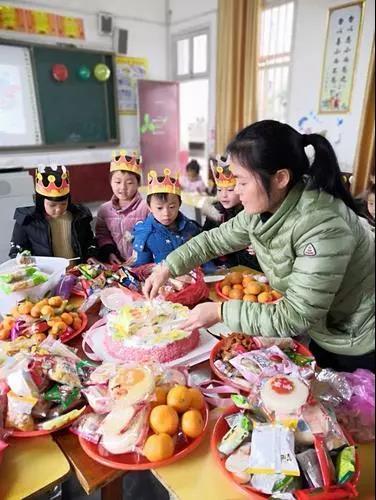 留守儿童集体过生日。