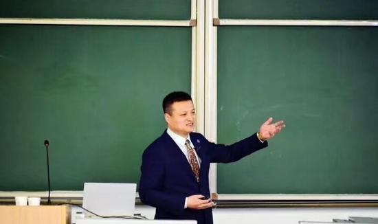 国防部原新闻发言人杨宇军在中国传媒大学履职莪渄迪汋