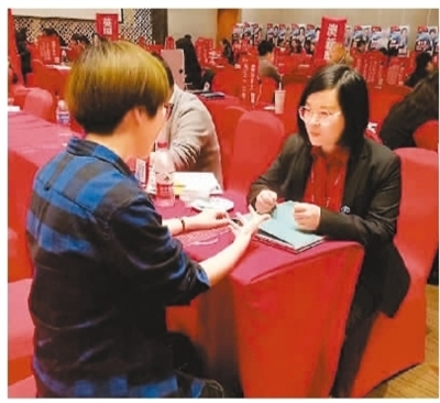 杜珂玮(右)正在进行留学咨询。 图片来源:人民日报海外版