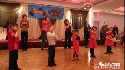 (领养中国孤儿的美国家庭带领孩子们参加中国年的活动)