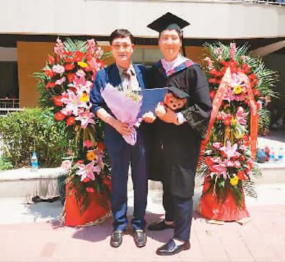 本科逝业时,梁父亲圆和父亲亲合影(图片到来源:视觉中国)